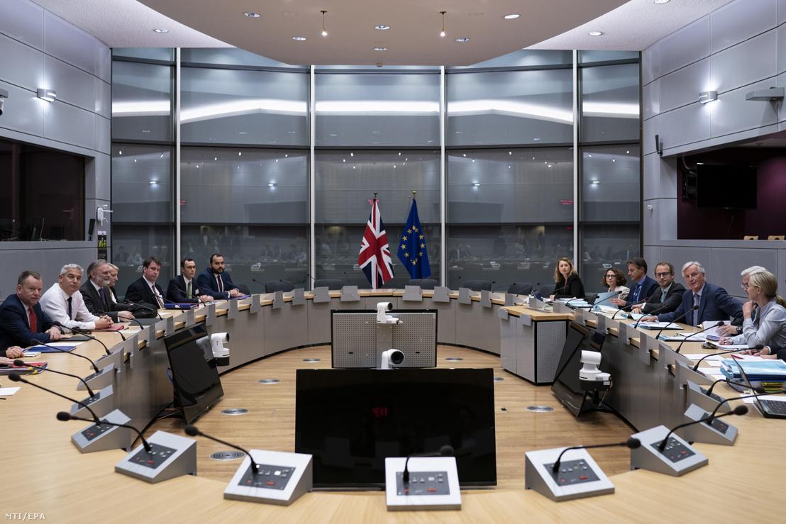 Stephen Barclay, a Nagy-Britannia Európai Unióból való kilépéséről folytatott tárgyalásokért felelős brit miniszter (b2) és Michel Barnier, az Európai Bizottságnak a brit kiválás ügyében felelős főtárgyalója (j3) megbeszélést kezd a bizottság brüsszeli székházában 2019. szeptember 20-án.