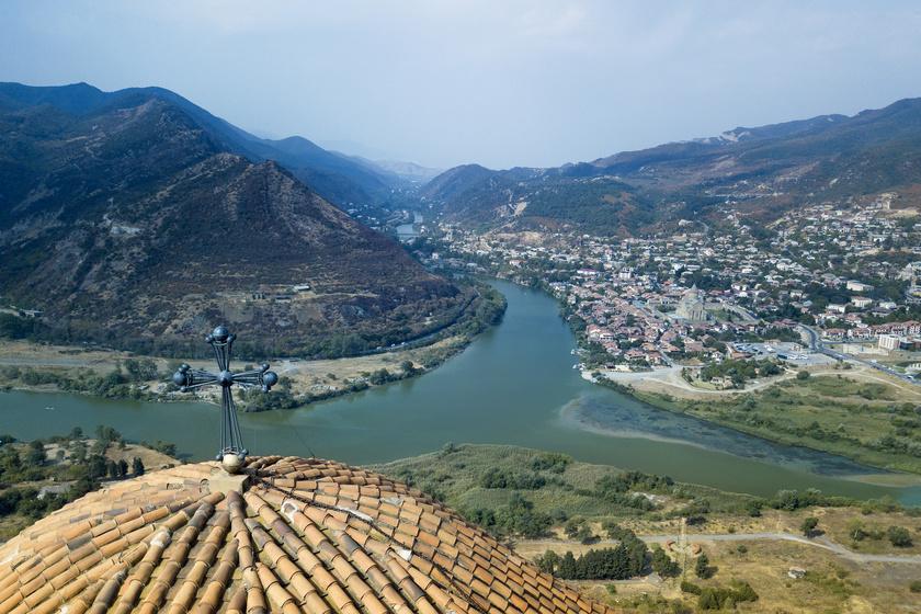 Mcheta Grúzia egyik legrégebbi városa, hajdanán az Ibériai Királyság fővárosa volt. A város szépségét a hegyek és a Aragvi-folyó adja. Itt található a világörökség részét képző Szvetichoveli székesegyház és a Dzsvari-kolostor.