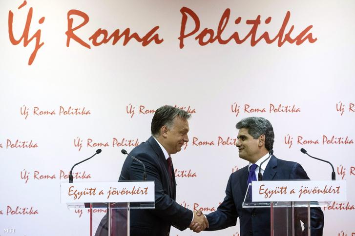 Farkas Flórián az Országos Roma Önkormányzat (ORÖ) elnöke az Orbán Viktor miniszterelnökkel közösen tartott sajtótájékoztatón az ORÖ budapesti székházában 2014. október 9-én.
