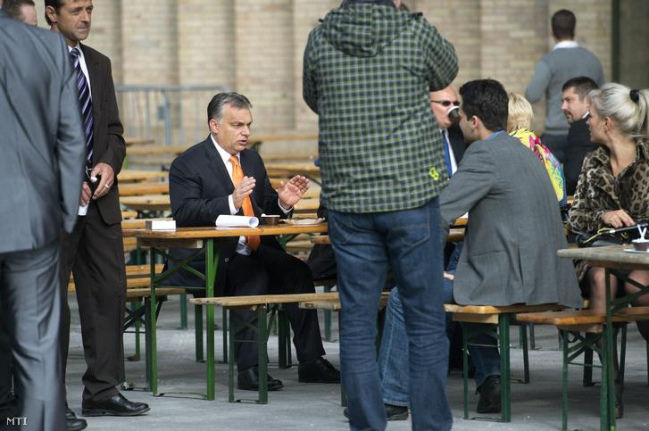 Orbán Viktor miniszterelnök a Fidesz elnöke (k) és sajtófőnöke Havasi Bertalan (j) beszélget a Fidesz-KDNP országos választási kampányértékelő rendezvényén a fővárosi Millenáris Parkban 2014. október 19-én