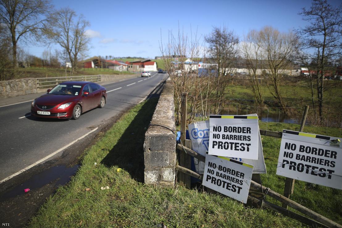 Autó halad át Írország és a Nagy-Britanniához tartozó Észak-Írország határán az északír Middletown közelében. A feliratok az esetleges határ és sorompók ellen tiltakoznak
