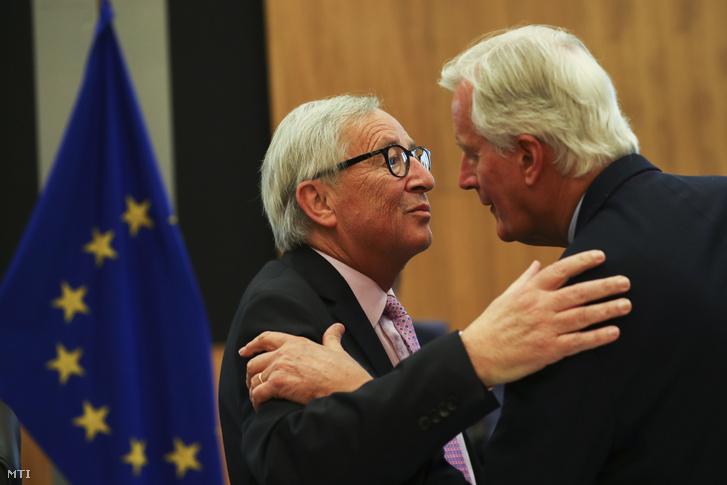 Jean-Claude Juncker az Európai Bizottság elnöke (b) és Michel Barnier a bizottságnak az Európai Unióból történő brit kiválás ügyében felelős főtárgyalója a bizottság hetenkénti ülésén Brüsszelben 2019. október 2-án.
