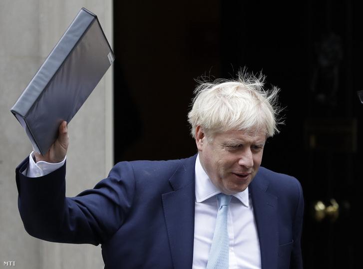 Boris Johnson brit miniszterelnök a parlamentbe indul a londoni Downing Streetről 2019. október 3-án.