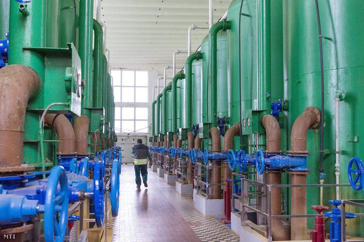 A Győrt vízzel ellátó révfalui vízmű vízszűrő csarnoka a város határában 2019. május 9-én.