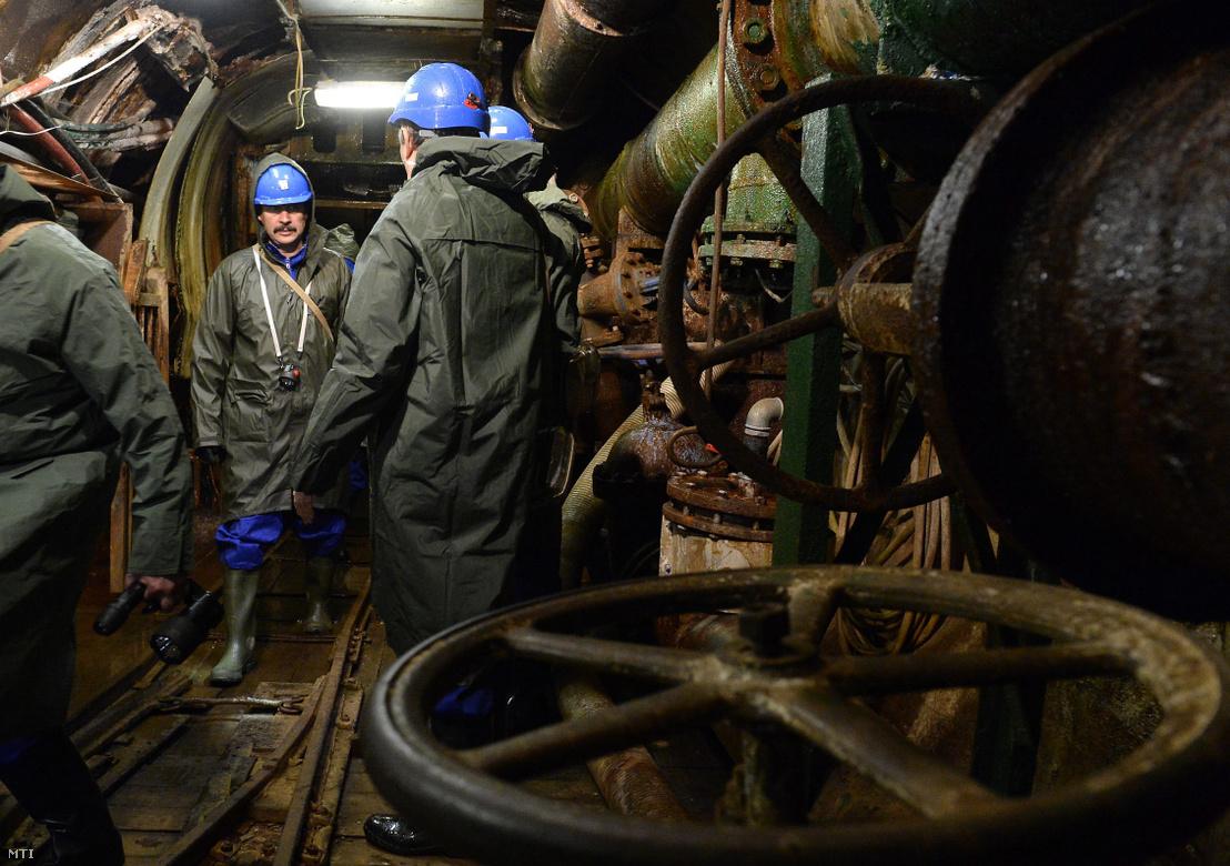 Áder János köztársasági elnök (b) megtekinti az Északdunántúli Vízmû Zrt. által üzemeltetett vízbányát a XIV/A számú vízaknát Tatabányán 2015. november 3-án.