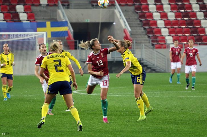 Jakabfi Zsanett (k) és a svéd Jonna Andersson (b) és Magdalena Ericsson (j) női labdarúgó Eb-selejtezőn a Magyarország - Svédország mérkőzésen a DVTK Stadionban Miskolcon 2019. október 4-én.
