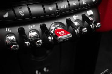 Meglepően sok autóban van már hasonlóan kapcsolgatható gombsor, de a Mininél ez nem újdonság. Továbbra is király a kapcsolásérzet