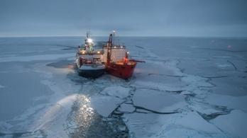 Jégtáblához fagyva sodródik majd egy éven át egy német kutatóhajó