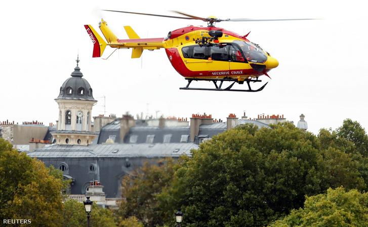 Mentőhelikopter a érkezik a párizsi rendőrség székházához a támadás után