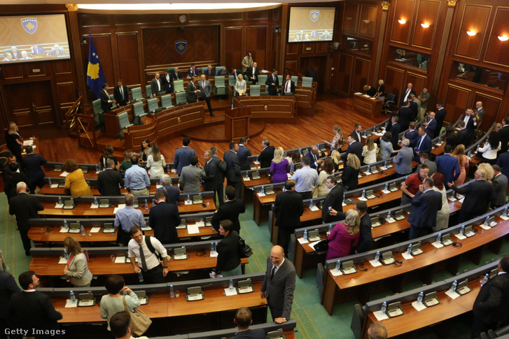 Augusztus 22-én a koszovói parlament feloszlatta magát