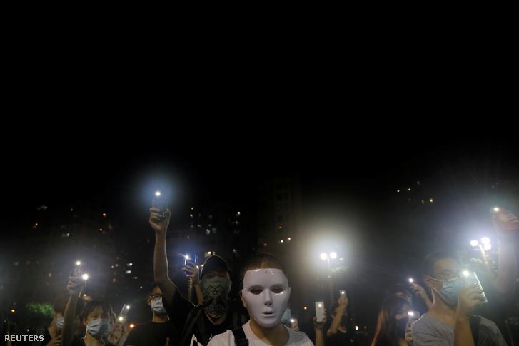 A maszkviselést betiltó rendelet után a tüntetők szombaton maszkokat viselve vonultak az utcákra