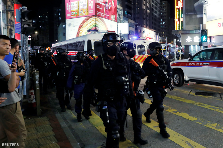 A hongkongi rendőrség speciális taktikai egységének tagjai járőröznek szombat este