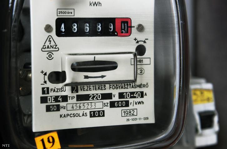 Vezetékes fogyasztásmérő az E.ON Tiszántúli Áramhálózati Zrt. egyik lakossági felhasználójánál