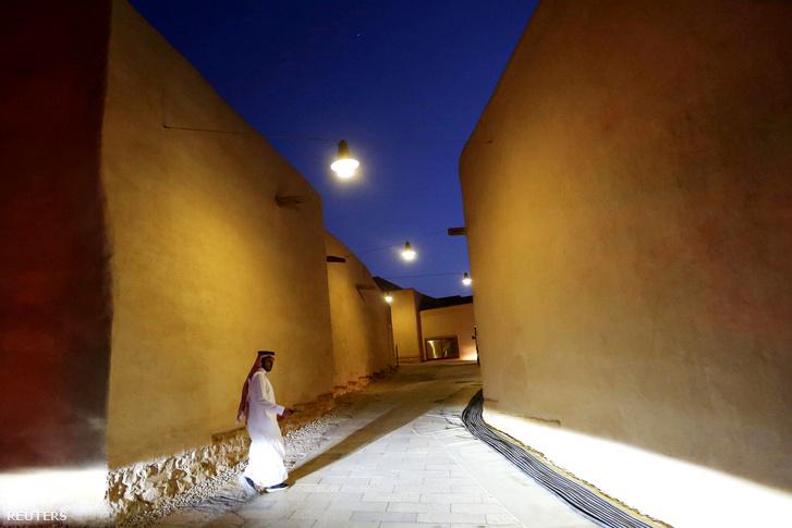 Szaudi férfi sétál a történelmi Diriyah városában, ami UNESCO világörökség része