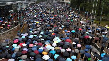 Maszkos tüntetők ezrei vonultak utcára a tiltás ellenére Hongkongban