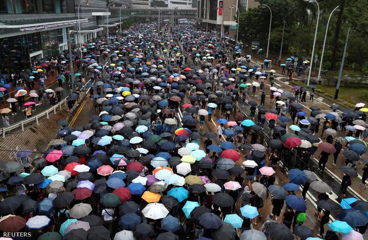 Hongkongi tüntetők a Wan Chai negyedben vasárnap