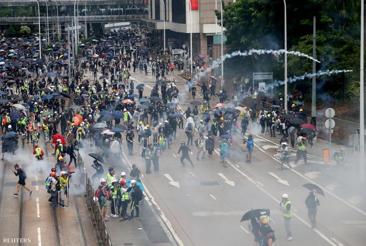 Könnygázzal oszlatják a hongkongi tüntetőket vasárnap