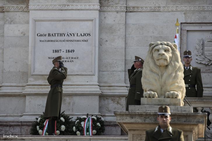 Katonai koszorúzás a Batthyány Mauzóleumnál