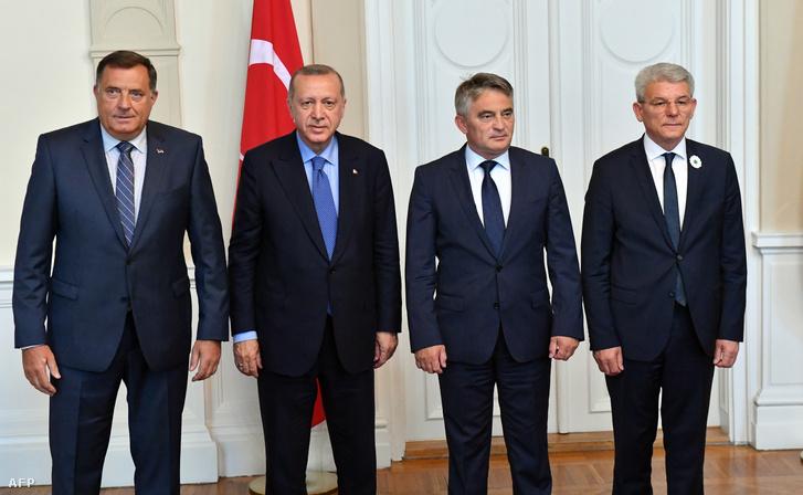 Recep Tayyip Erdogan (2. balra) török elnök a Bosznia és Hercegovina háromoldalú elnökségének tagjaival, Milorad Dodik (balra), Zeljko Komsic (2. jobbra) és Sefik Dzaferovic (jobbra) Szarajevóban 2019. július 8-án