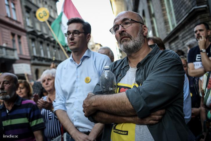 """Pikó András és Karácsony Gergely a """"Védjük meg a megtámadott Pikó Andrást és csapatát!"""" címmel tartott tüntetésen a Práter utcában 2019. szeptember 13-án"""