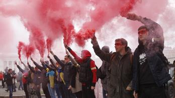 Ezrek tüntettek Kijevben a szakadár területek autonómiája ellen