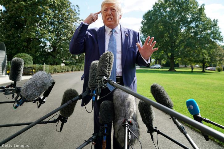 Donald Trump riporterek kérdéseire válaszol, ahogy elhagyja a Fehér Házat október 4-én