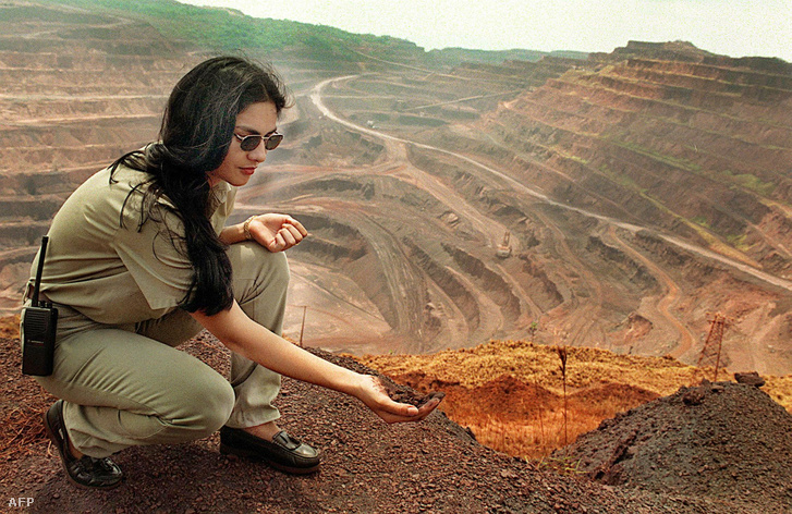 Claudete Garcia, a Vale do Rio Doce bányászati társaság alkalmazottja a Carajas bányában Brazília északi részén, az Amazon erdő szívében, 1999. augusztus 30.