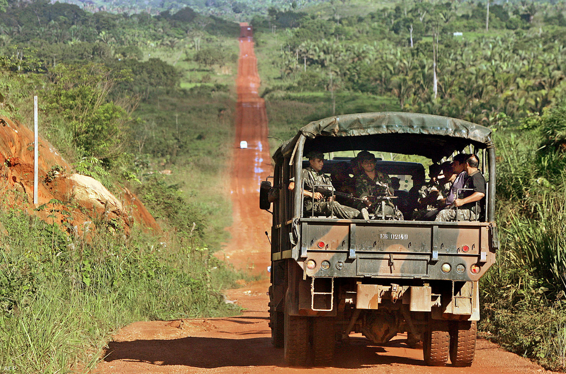 A brazil hadsereg katonái járőröznek a Transamazonica úton az Amazonas esőerdőben, 30 km-re Anapu-tól Brazília északi részén, 2005. február 19-én