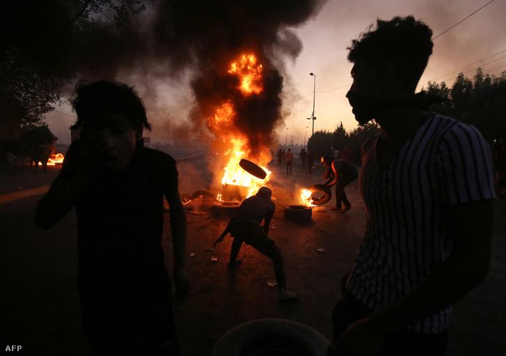 Iraki tüntetők Bagdadban, 2019. október 5-én,