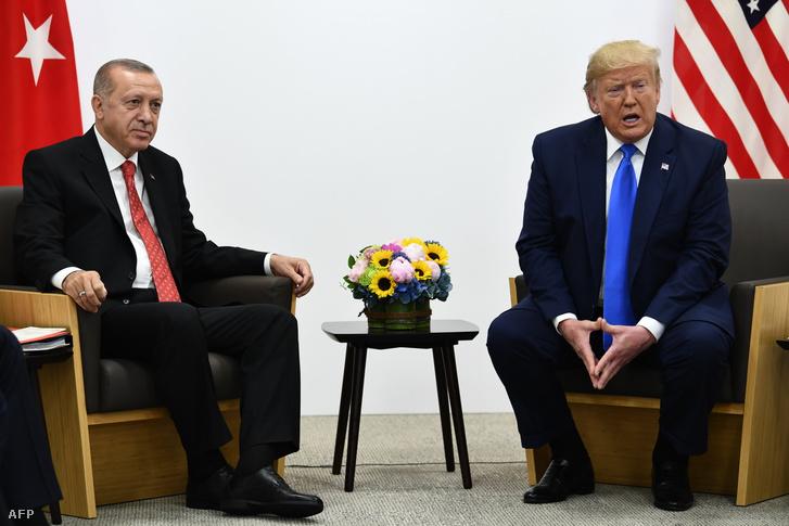 Donald Trump (jobbra) és Recep Tayyip Erdogan a G20 csúcson találkoztak Oszakában 2019. június 29-én