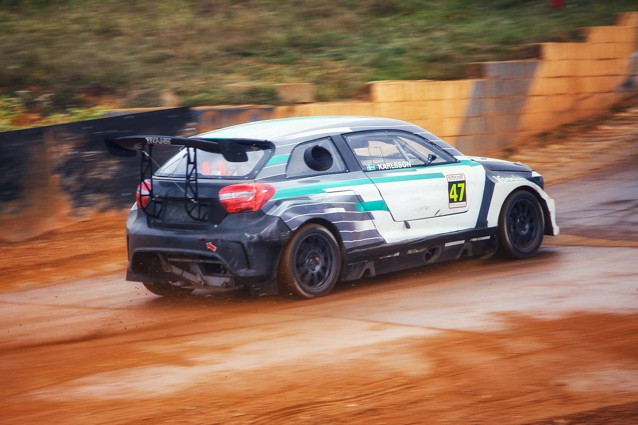 A svéd Ramona Karlsson kisasszony a Mercedesnek álcázott Panterával csúnyán kifújta az esélyesebb fiúk orrát az első napi kvalifikációs futamon. A TitansRX-ben minden induló autó egyforma műszaki alapokon nyugszik (Pantera RX6, kifejezetten a lassan megfizethetetlen Supercarok versenytársaként fejlesztett, robusztusabb ralikrossz autótípus), a motor 2,3 literes Ford (Mustang) EcoBoostból lett a speciális igényekhez igazítva.