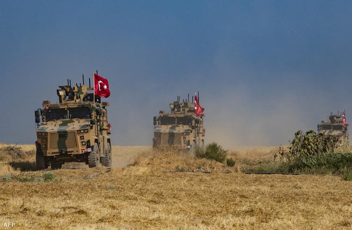 Török katonai kocsik a szír határon 2019. október 4-én
