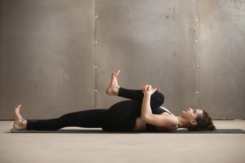 Már az ágyban elkezdheted a gyakorlatsort: hanyatt fekve fogd meg, és húzd fel az egyik térdedet kissé a mellkasod irányában, amíg jólesik, majd engedd le, és a másikkal folytasd. Ez megnyújtja a hát alsó szakaszát is.