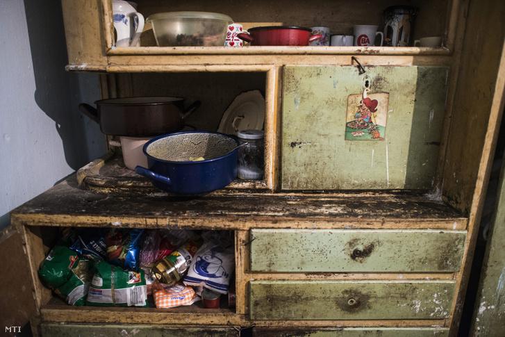 Egy tiszavasvári mélyszegénységben élő konyhásszekrénye 2012-ben