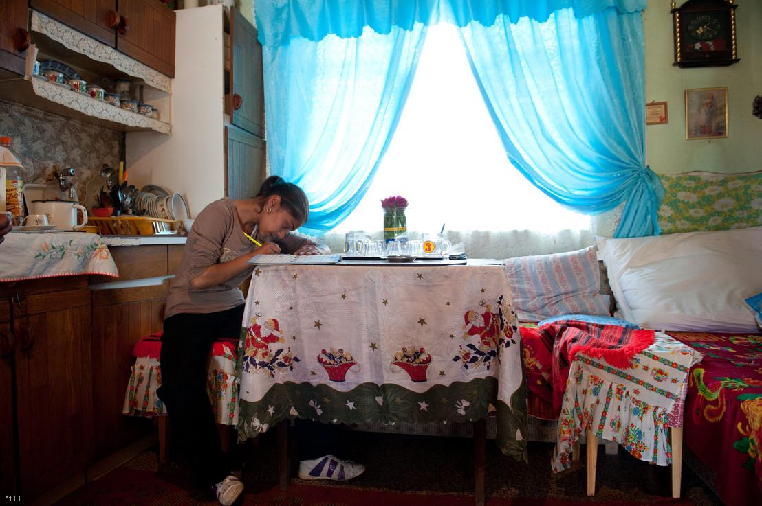 A Szécsényi Gyerekesély Program által támogatott fiatal lány házi feladatán dolgozik otthonában, a Nógrád megyei Nagylócon. A program működését támogató norvég projekt 2011. április 30-án lezárult, a pénzügyi forrás megszűnésével így bizonytalanná vált a kiépült és működő kistérségi szolgáltatások - gyermekházak, tanodák, iskolai koordinátorok, szociális munkások, IT-pontok - működtetése.