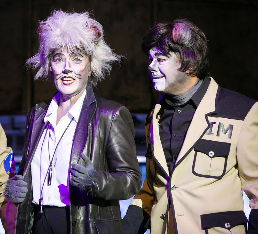 Fehér Anna Bob Poliakoff és Quintus Konrád (jobb oldalon) Edlington szerepében a Macskafogó című musicalben.