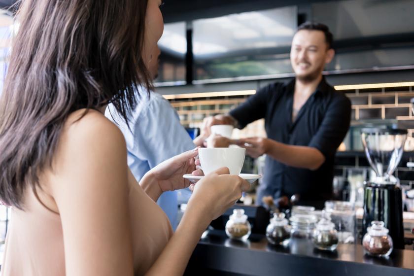 barista-kávé-bárpult-hotel
