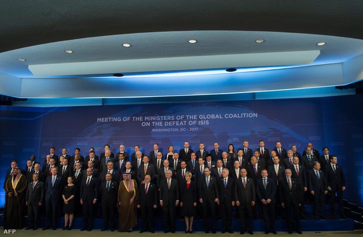 Az Iszlám Állam legyőzésére alakult globális koalíció delegáltjai fotózkodnak az amerikai külügyminisztérium washingtoni épületében 2017. március 22-én. Az amerikai vezetésű, 68 tagú koalíció vezető diplomatái a találkozón megfogadták, hogy gyors és tartós győzelemre fognak törekedni a dzsihadisták ellen.