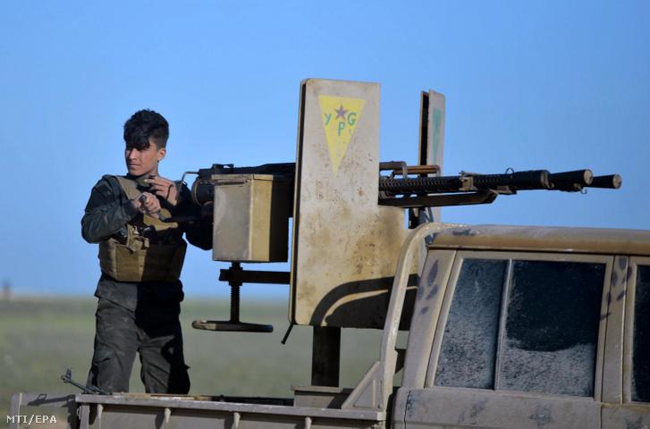 Az amerikai támogatású Szíriai Demokratikus Erők (SDF) harcosa az Iszlám Állam dzsihadista terrorszervezet uralta utolsó szíriai területen fekvő Bagúz környékén őrködik 2019. február 19-én. Az SDF csapatai körbezárták a dzsihadista harcosokat Bagúznál, ahol becslések szerint az Iszlám Állam néhány száz milicistája illetve nagyjából 2000 ott rekedt polgári lakos tartózkodott.