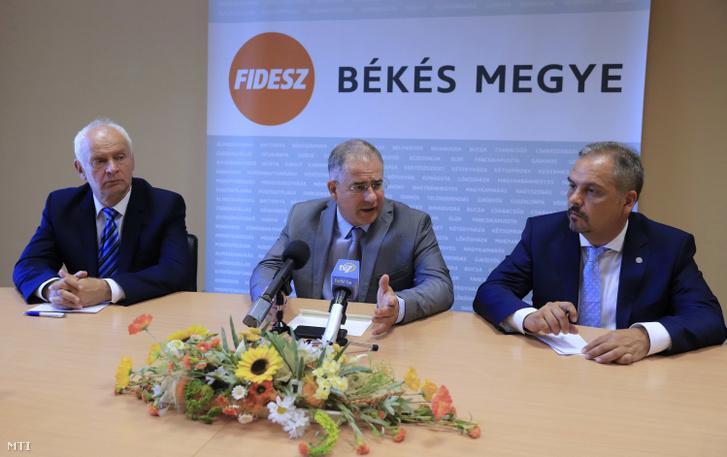 Kósa Lajos a Fidesz önkormányzati választásokért felelős kampányfőnöke sajtótájékoztatót tart Békéscsabán a Csabagyöngye Kulturális Központban 2019. szeptember 4-én. Mellette Zalai Mihály a Fidesz-KDNP Békés megyei listavezetője (j) és Herczeg Tamás országgyűlési képviselő (b). Az ország 3177 önkormányzatából mintegy 1200 településen állított jeltöltet a Fidesz-KDNP ami az önkormányzatok számát tekintve 37 százalékos eredmény, de ezeken a településeken összesen 78 millióan laknak vagyis az ország lakosságának négyötöde olyan helyen él ahol lehet fideszes jelöltre szavazni.