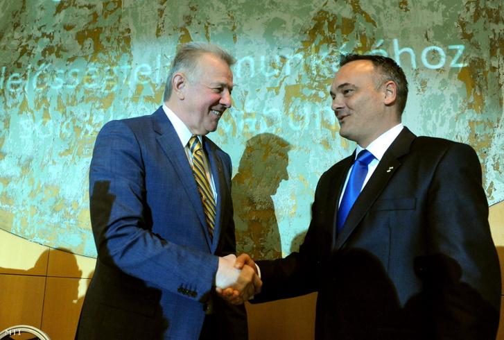 A MOB új elnökének Borkai Zsoltnak (j) gratulál Schmitt Pál köztársasági elnök. Az olimpiai bajnok tornász Borkai az egyetlen jelölt volt az elnöki posztra 141 igennel és három nem voks mellett választották meg.