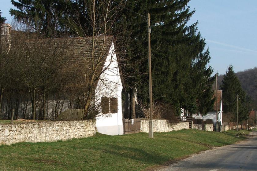 Egyetlen utcából áll a picinyke magyar zsákfalu - Vérteskozma régi, fehér házikói meseszerűek