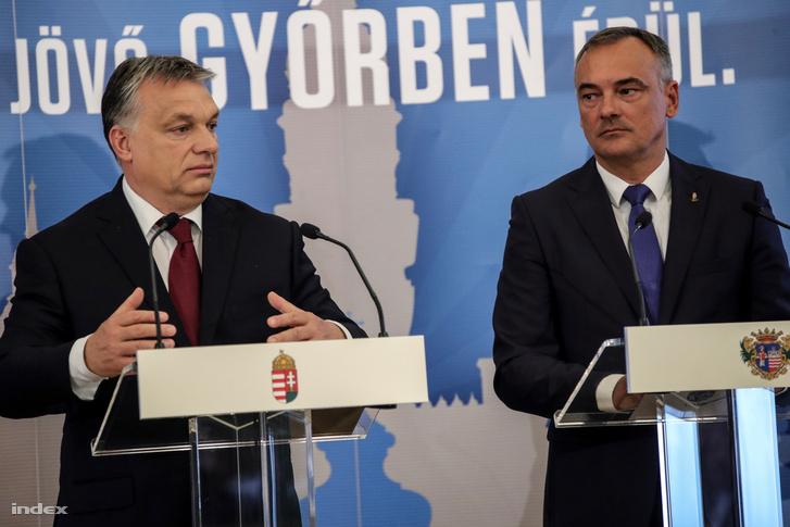 Orbán Viktor miniszterelnök (b) és Borkai Zsolt (Fidesz-KDNP) polgármester sajtótájékoztatót tart, miután aláírták a Modern városok program keretében a kormány és Győr városa közötti együttműködési megállapodást 2017. április 28-án.