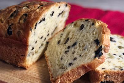 Gyors olívás-sajtos kenyér: egy órán belül kész és keleszteni sem kell