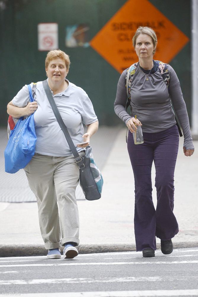 Ja, és a képen mellette látható hölgy a felesége, akivel 2004 óta él házasságban