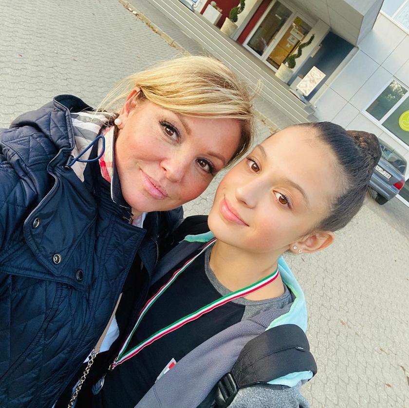 Liptai Claudia büszkén fotózkodott ezüstérmes lányával.