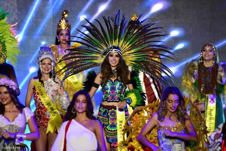 Aztán egyre kevesebb ruhában jelentek meg a kifutón a szépségek, akik a világ 60 különböző országából érkeztek, Amerikától kezdve Venezueláig vagy éppen a műsornak helyet adó Kínáig