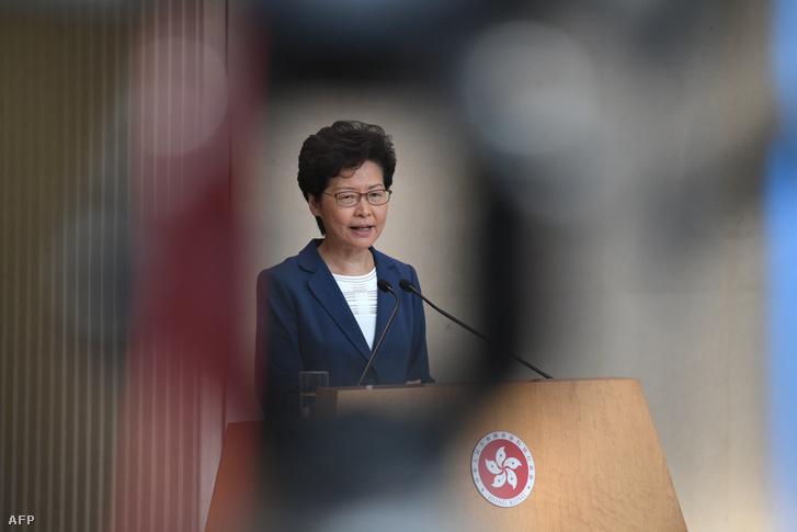 Carrie Lam a sajtótájékoztatón