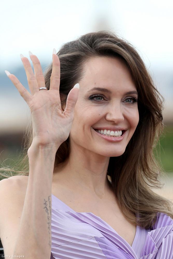 Megérkezett Rómába Angelina Jolie, aki a második Demóna-filmet promózza, ennek a folytatásnak az az alcíme címe, hogy A sötétség úrnője