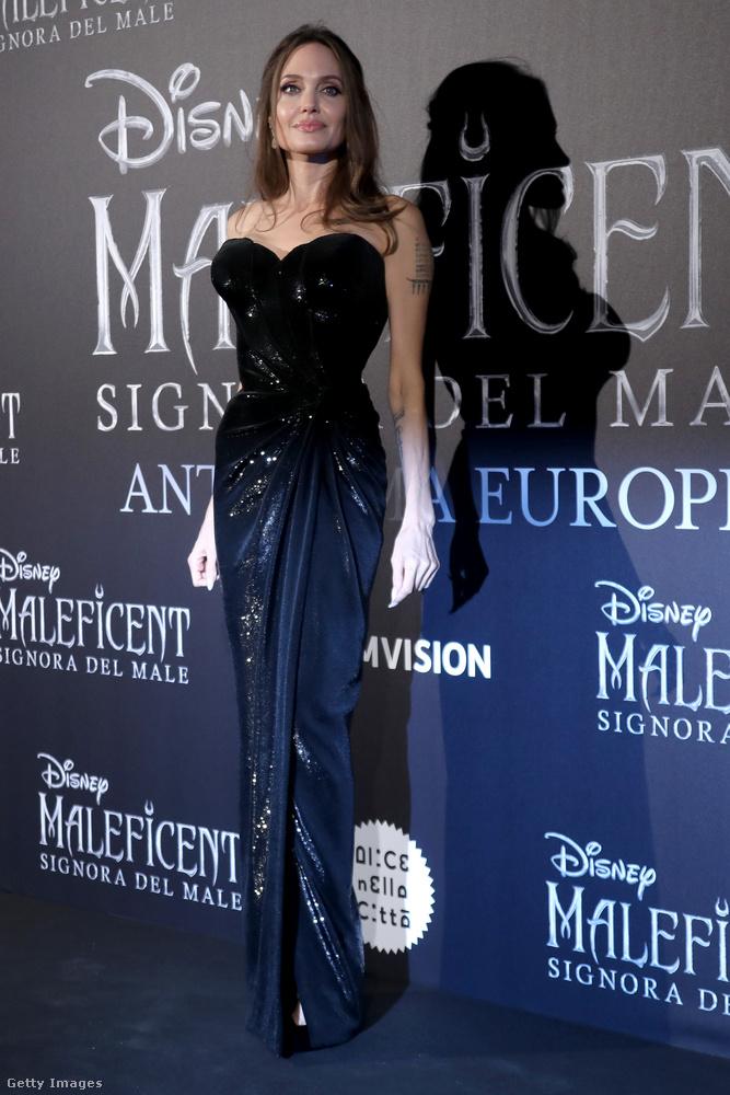 Erre az alkalomra Jolie egy olyan ruhát vett, ami roppant látványosan kiemeli az alakját